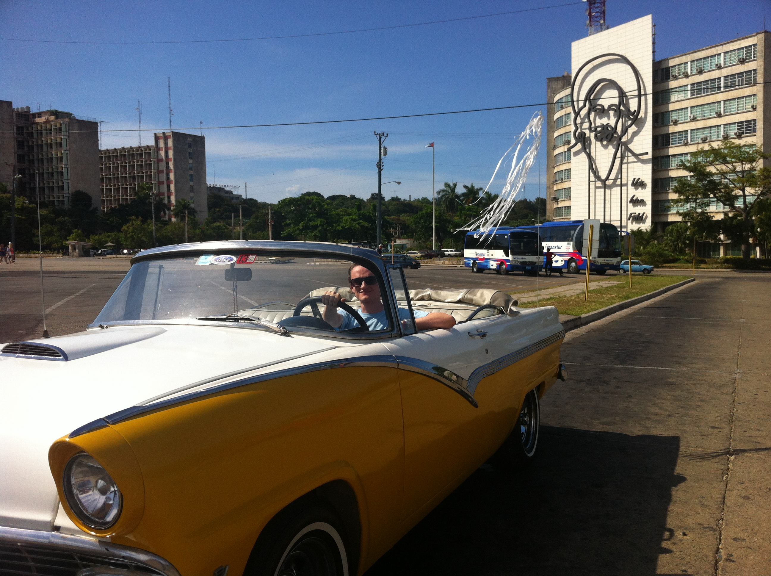Discovering Havana in a decapotable oldie!
